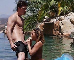 Tanned honey jada stevens sucks a large 10-Pounder - eroticvideoshd.com