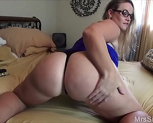 Chubby white bitch copulates her booty with toys