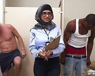 Mia khalifa the arab pornstar measures white cock vs black dick (mk13768)